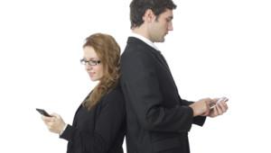 smartphone couple homme femme téléphone portable mobile