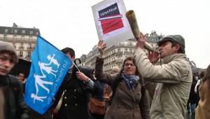 Des manifestants se sont rassemblés devant le Sénat où est étudié le texte sur le mariage gay