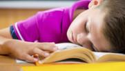 enfant endormi classe école maternelle primaire rythme scolaire