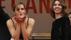 Emma Watson envoie des baisers à la foule en haut des marches du palais des festivals de Cannes le 16 mai 2013 aux côtés d'une Sofia Coppola ravie.