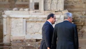 Le président français François Hollande et le président allemand Joachim Gauck (à droite) main dans la main avec Robert Hebras, l'un des derniers survivants du massacre d'Oradour sur Glane.