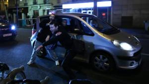 """Un partisan de Dieudonné fait une """"quenelle"""" devant le Théâtre de la Main d'Or, à Paris, le 16 janvier 2014."""
