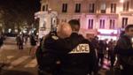 Un policier en pleurs dans les bras de son collègue suite aux attentats du 13 novembre