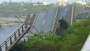 Un pont détruit à La Réunion après le passage du cyclone Gamède, le 26 février 2007