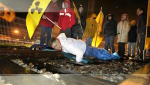 Yannick Rousselet, militant de Greenpeace, enchaîné aux rails pour bloquer un convoi d'uranium