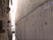 La mairie fait construire un mur devant leur hôtel, les clients fuient