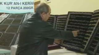 Il a écrit le Coran avec des cordes : Assad le fait expulser pour avoir refusé son offre