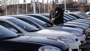 Un client potentiel devant une Chevrolet Impala à Dearborn, Michigan le 29 décembre 2008.