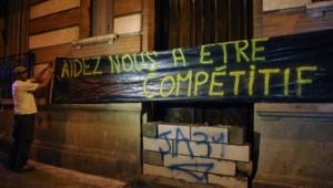 Des agriculteurs devant la permanence des Républicains à Toulouse.