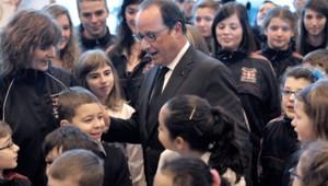 François Hollande accueilli par des enfants à l'aéroport de Saint-Pierre et Miquelon, le 23 décembre 2014.