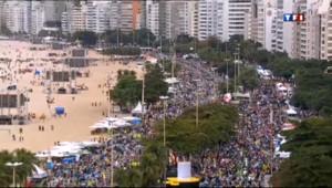 Le 13 heures du 26 juillet 2013 : JMJ : le pape acclam�ar des milliers de jeunes �opacabana - 589.0979999999998
