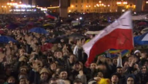 Sur la place Saint-Pierre, la foule rassemblée salue l'événement par des cris de joie et des drapeaux brandis.