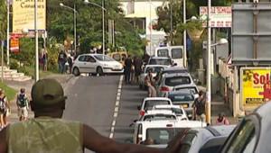 File d'attente devant une pompe à essence en pleine grève en Guadeloupe (3 février 2009)