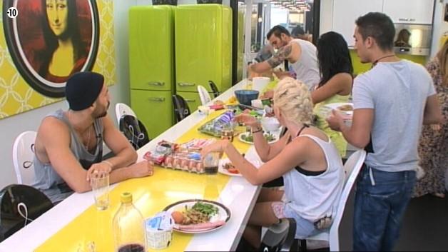 Les habitants se réunissent dans la cuisine pour se préparer à manger.