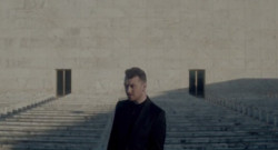 Sam Smith dans le clip Writing's on the Wall, générique de Spectre