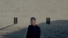 Sam Smith dans le clip Writing's on the Wall, générique de Spectre