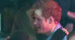 Le Prince Harry et Cressida Bonas s'enlacent au WE Day le 7 mars 2014 à Londres