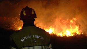 Pompier face aux flammes dans le secteur de l'étang de Berre (25 juillet 2010)
