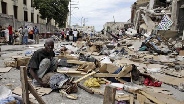 Un nouveau jour à Port-au-Prince : dans une rue dévastée, un habitant roule ses maigres affaires.