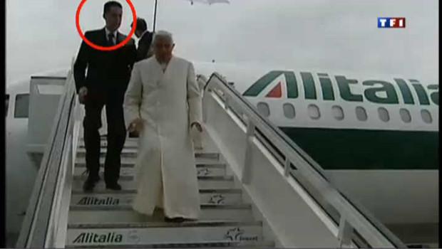 Le pape en compagnie de son majordome.