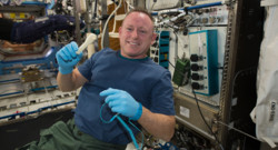Barry Wilmore, astronaute américain de la station ISS, montre l'outil créé grâce à une imprimante 3D