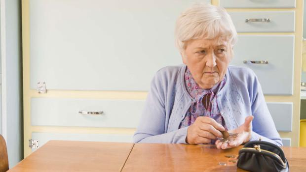 Une vieille femme comptant ses pièces