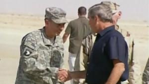 Archives : George W. Bush rend visite à des soldats américains pendant la guerre en Irak