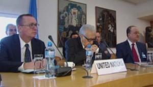 Lakhdar Brahimi (au centre), l'émissaire spécial de l'Onu lors de discussions à Genève avec représentants russes et américains, le 5 novembre 2013.
