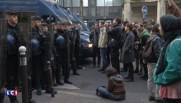 """""""Solidarité avec les réfugiés"""", des manifestants assis face aux CRS venus évacuer un lycée parisien"""