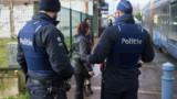 """Rétablissement du contrôle aux frontières : Cazeneuve juge """"étrange"""" la décision de la Belgique"""