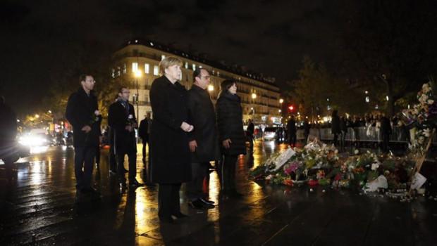 François Hollande, Angela Merkel et Anne Hidalgo réunis sur la place de la République pour rendre hommage aux victimes des attentats du 13 novembre à Paris et Saint-Denis
