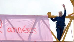 """""""Je ne suis pas folle, mais j'aime très fort ma petite-fille, et je n'ai plus d'espoir dans la justice"""", a expliqué April Reiss qui s'est hissée sur une grue samedi matin à Privas dans l'Ardèche."""
