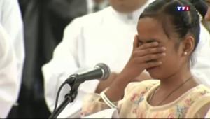 Une petite fille sauvée de la rue par une association catholique en pleurs devant le pape à Manille