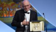 """Jacques Audiard reçoit la Palme d'Or pour """"Dheepan"""" lors du 68e Festival de Cannes, le 24 mai 2015."""