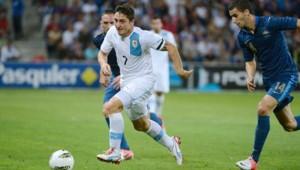 Le jeune milieu de terrain lyonnais Maxime Gonalons aux prises avec un joueur uruguayen lors du match amical France-Uruguay le 15 août 2012.