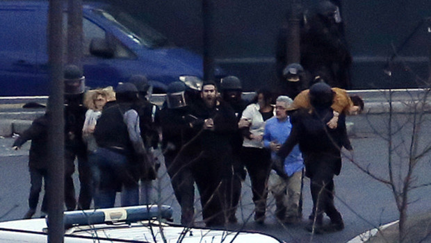 """Les équipes du GIGN évacuent les otages retenus dans le supermarché """"Hyper Cacher"""""""