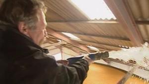"""TF1/LCI - José Bové arrose un silo de maïs lors d'une opération de """"traçabilité"""" à Lugos, en Gironde, le 4 novembre 2006"""