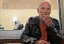 Jean-Marc Rouillan quelques heures après sa sortie de prison, dans un café à Marseille le 18 mai 2012