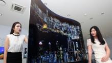 L'écran de 111 pouces (2,80 m de diagonale) en forme de vague et capable de diffuser une image différente de chaque côté