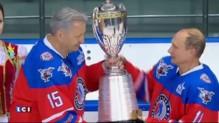 Poutine fête son anniversaire en faisant du hockey sur glace