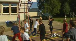 TF1/LCI : Enfants faisant du sport dans une cour d'école