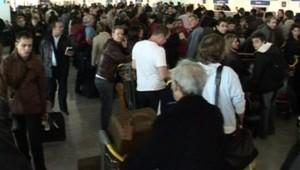 Les passagers d'Air France à Roissy pendant la grève, le 28 octobre 2007