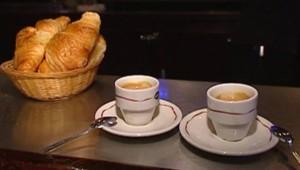 Un petit déjeuner - café et croissant