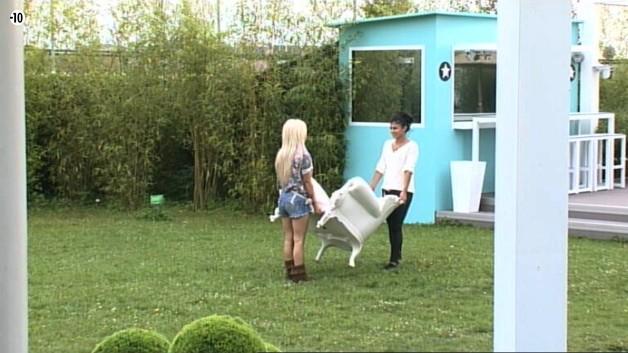"""Et tout d'un coup, la Voix lance un """"freeze"""". Julie et Jessica qui étaient en train de déplacer un fauteuil dans le jardin arrêtent donc de bouger."""