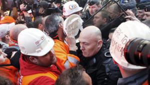 Quelque 200 métallurgistes de l'usine ArcelorMittal de Florange sont arrivés devant le siège de campagne de Nicolas Sarkozy. Le 15/03/2012
