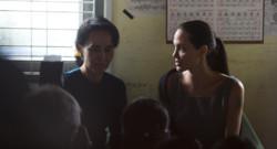 Aung San Suu Kyi et Angelina Jolie rencontrent des travailleuses textiles en Birmanie, le 1er août 2015.