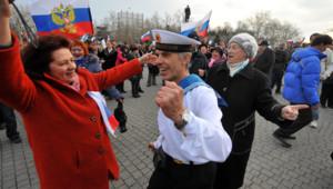 """Crimées fêtant la victoire du """"oui"""" au référendum sur le rattachement à la Russie"""