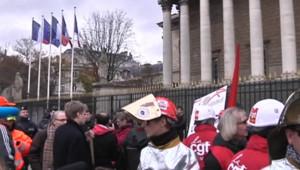 Des salariés du site ArcelorMittal de Florange devant l'Assemblée le 28 novembre 2012.