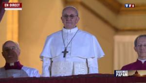Le nouveau pape saluant la place Saint-Pierre le 13 mars 20103 juste après son élection