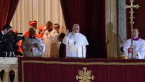 """Les premières paroles du sucesseur de Benoît XVI, qui prend le nom de François Ier, sont pour François 1er appeler à la """"fraternité"""" au sein de l'Eglise"""